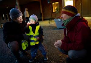 BATTERIDRIVET. Albin Thorell har ett eget litet ljus som han fått av sin granne, här med pappa Johannes och mamma Hanna.