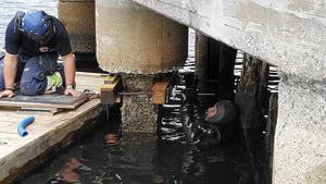 Dykare jobbar sedan en tid tillbaka med att kartlägga skador och andra upprustningsbehov på kajerna i Örnsköldsviks hamn.
