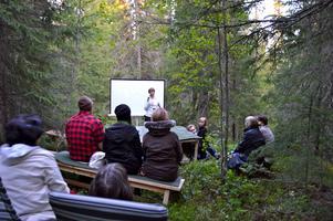 Runt 20 personer samlades i går strax ovanför stugan i skogen i Duved där The Artist Colony finns den här veckan.