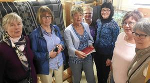 Gagnefs vävstuga har haft besök från sin systerstuga i Siljansnäs. På bilden syns fr v Inger Axelros och Ingegerd Ersson från Siljansnäs, Gunilla Mases, Birgitta Bäcklund och Monica Lorentzon från Gagnef samt Kungs Elisabeth Nilsson och MariAnn Konradsson från Siljansnäs.