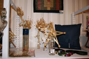 BLANDADE TEKNIKER. Textilkonst och halmslöjd är några av teknikerna som visas upp på den lokala utställningen på Galleri-Ett.