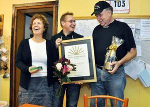Företagarnas ordförande i Åre Mikael Sundman, mitten, överlämnar diplomet till Anneli Kålen och Jan Karlsson, som äger och driver företaget Brattlands Åkeri.