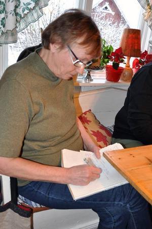 Byskollärarinnan Gunnel Fredriksson har utnämnts till strejkarkivarie och dokumentatös. Hon deltog vid LT:s möte med de gamla strejkarna och noterade engagerat och omsorgsfullt vad som sades.
