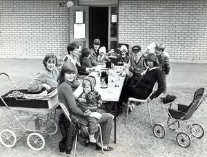 Uteträff i kvarteret Puddelprocessen på Bäckby. Arbetsgruppen bakom Bäckbyprojektet vill att de boende själva ska ta över och fortsätta kontaktverksamhet. Fotot är från maj 1980.