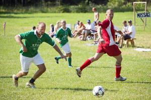 I full kamp om bollen i matchen mellan Vätö och Tjockö.