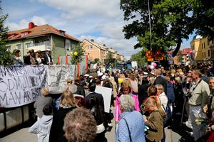 Studenfirandet fortsatte på lastbilsflak genom Härnösands gator.