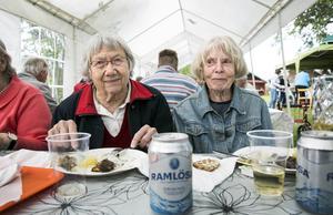 Anna Matslofva och Mats Ulla Jacobsson njöt i fulla drag av den glödstekta sillen med potatis till.