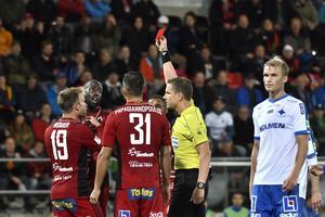 Östersunds Ronald Mukiibi får rött kort av Martin Strömbergsson när Östersunds FK och IFK Norrköping möttes på Jämtkraft Arena i Östersund.