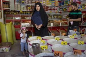 En afghansk kvinna i en matvarubutik i den iranska stadens Isfahans afghanska kvarter.