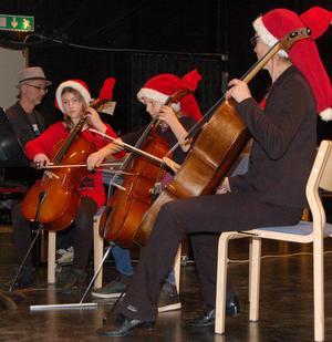 Cellisterna Emmy Holton och Tilda Lärke spelade tillsammans med Jonas Forsberg, flygel, och under överinseende av Eva Hannerz.