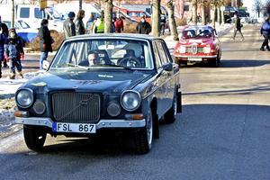 En gammal Volvo och en gammal Saab. I Riksmästerskapet för historiska rallybilar funkar det mesta.