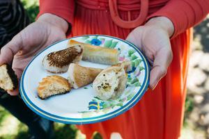 Malake AlDaher har bakat Qatayef. En libanesisk dessert som består av en hoprullad plätt med creme fraiche och tahinifyllning toppat med pistagenötter.