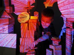 Charlie Larsson och Kevin Lopez utforskar digitala miljöer i form av färger och former.