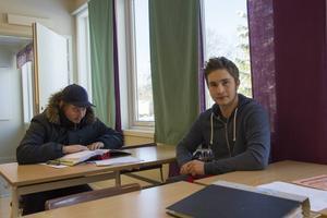 Markus Pettersson och Marcus Hulén pluggar inför det teoretiska momentet i tävlingen.