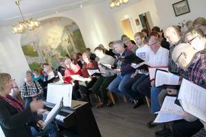 Ett 50-tal personer från kyrkokörerna i Harmånger-Jättendal och Gnarp, sjunger Eldsmässan den 14 februari.