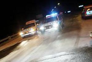 Foto: NICK BLACKMON Upplösningen. En polisbil kör i hög fart från villan. I baksätet sitter de två gripna männen.