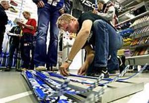 Foto: LEIF JÄDERBERG Kommers. Vasaloppsprofilen Mathias Danielsson från Årsunda hjälper kunder att prova ut nya längdskidor.