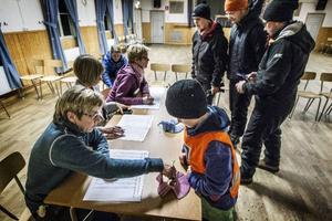 6-årige Magnus Hallenberg från Änge anmäler sig och får en lott av Annica Sörensdotter i Tulleråsens föreningshus.