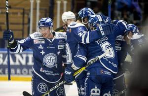 Leksands Ben Youds (t h) kramas om efter 3-1 målet under lördagens ishockeymatch i SHL mellan Leksands IF och Malmö Redhawks i Tegera Arena i Leksand.