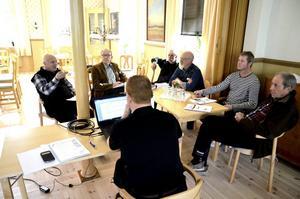 Fyllde 20 år. Tångeråsa Älgs ordförande Roland Karlsson (längst till vänster) diskuterar vårens inventering med styrelsemedlemmarna. Till det 20:e årsmötet med jaktlagen var det laddat med smörgåstårta. Foto: Göran Kempe