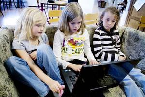 """datorstund. Även de yngre skolbarnen använder datorerna varje dag. """"Vi räknar matte, skriver historier och letar bilder"""", berättar Engla, Alva och Michaela som går klass 1–3. Varje morgon börjar eleverna skoldagen med en halvtimmes datorstund. Då kan de till exempel spela spel, lyssna på musik, lösa korsord, kolla filmer på Youtube eller använda Skype."""