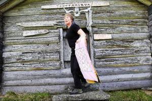 Maja Karlsson håller gamla traditioner vid liv genom sitt arbete vid Långbodarnas fäbodvall.