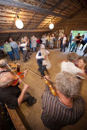 Logen fylldes snabbt av danssugna gäster.