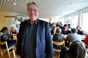 Bildningschef Hans Barksjö har sagt upp sig från sin tjänst på Stiernhöökösgymnasiet för att förverkliga sin dröm om att bli livsmedelsproducent och korvtillverkare.