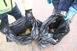Sopsäck efter sopsäck fylldes under lördagsförmiddagen.