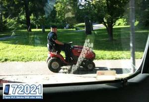 GRÄSLIGT JOBB. Den här polismannen fick köra hem en stulen gräsklippare på tisdagseftermiddagen. FOTO: LÄSARBILD / FREDRIK NILSSON