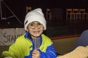 Mohammed, 7, följde med sina föräldrar till Teatern.