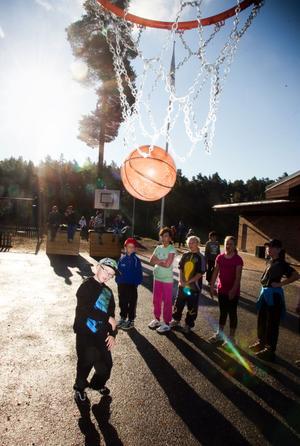 Basket är en av de klassiska grenarna i Stugsunds eget OS. Billy Högberg gör självklart sitt bästa.