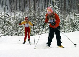 Emelie Alkell, Vemdalen, kämpade för att hinna undan när Emma Backén, Sveg, kom dundrande uppför backen.