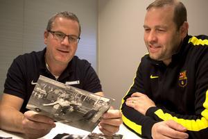 Mats Ahlgren och Thomas Park Karlsson hade kul när de tittade igenom ett arkivkuvert med bowlingbilder från VLT:s pressarkiv. Jodå, de hittade bilder på sig själva - och sina pappor.