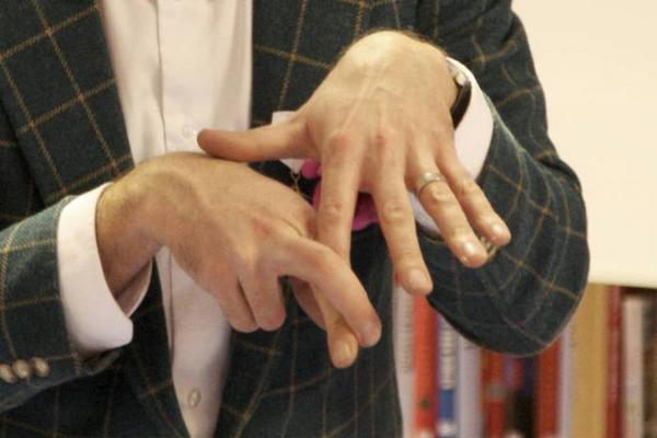 Filiokus Fredrik med världens längsta pekfinger.