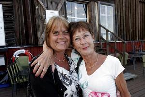Riktiga premiärlejon är Susanne Jacobson och Anita Boström. De har inte missat många premiärer i Mellanfjärden och menar att föreställningarna är en del av sommaren.