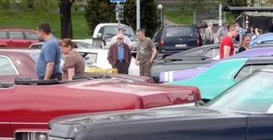 Bilutställningen lockade en hel del nyfikna åskådare.