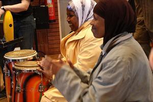 Maryan och Hawa talar inte samma språk, men snart spelar de trummor tillsammans.
