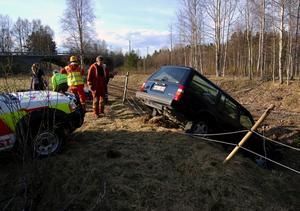 Bilkrasch. Efter 100 meters färd bredvid vägen kraschade bilen ner mot järnvägsbanken.