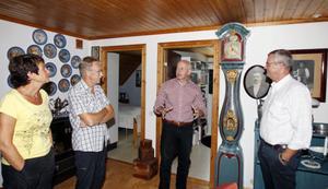 Golvuret har funnits i Rune Noréns släkt sedan 1700-talet. Igår kom Max Sjögren, expert på Antikrundan, på hembesök tillsammans med Jan Thörnkvist från SVT. Efter en titt erbjöd de sig att forsla klockan till inspelningsplatsen i Gävle den 26 augusti.