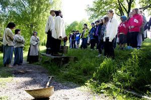 lärorikt. Det var ett hårt liv människorna som grävde Kanalen levde. Under vandringen fick eleverna lyssna till flera berättelser om hur kanalgrävarna hade det.