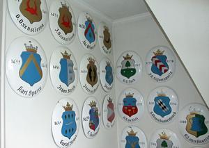 De 56 regementchefernas sköldar hänger i trapphuset på Soldathemmet.