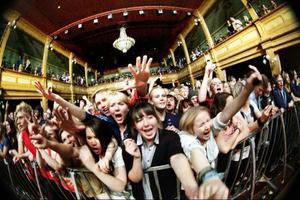 Johnossi fick ett varmt och högljutt mottagande av Östersundspubliken. Gamla teatern var till större delen fylld av glädje och dans.