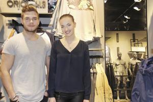 Johannes Wingemo och Josefine Eriksson Hedqvist jobbar i butiken.