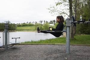 Klara Strindlund tränar på utegymmet.   – Det är en bra bonus när vi ska springa, och skönt att gymma där det är så fin natur som det är här, säger hon.