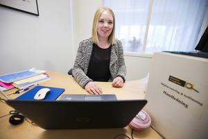 Vid datorn. Anna Eriksson på sin praktikplats i landstingets lokaler. Hon har bestämt sig. Hon vill bli ingenjör.
