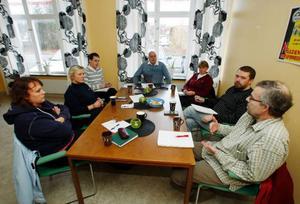Vid gårdagens möte om en fritidsgård i Nälden deltog från vänster Mari Bergsmo, fritidsledare i Änge, Annelie Norén, närpolis i Krokom, Tomas Sjövall, rektor Nälden/Alsenbygden, Per-Martin Edström, ordförande byalaget, Karin Walter, barn och utbildningsnämnden, Jörgen Blom, barn och utbildningsnämnden och Thomas Lönneborg, ordförande i barn och utbildningsnämnden.Foto: Jan Andersson