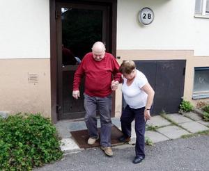 – Jag klarar inte en meter utan hjälp av frugan, säger synskadade Nils-Olof Olofsson.