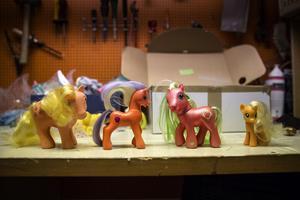 Här kan man se hur My little ponys ändrat utseende genom åren. Hästen som heter Applejack visas här från generation ett, två, tre och fyra.
