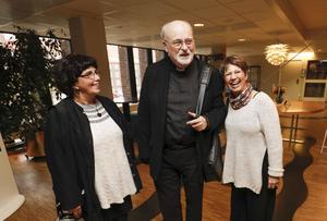 Marie-Heléne Myrin, till vänster, har rest till Västerås från Örebro. Till höger hennes syster, Anette Sundell-Liljedahl, Västerås. De håller inte med Katolska kyrkan i alla lärofrågor men kardinalen intresserar dem och mötet med honom blir glatt.